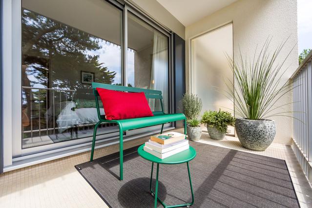 https://stephanieperroin.com/wp-content/uploads/2020/08/architecture_interieure_la_baule_-rénovation_-appartement_11-avenue-edmond-rostand_www.stephanieperroin.com_-EXTERIEUR_Banc.jpg
